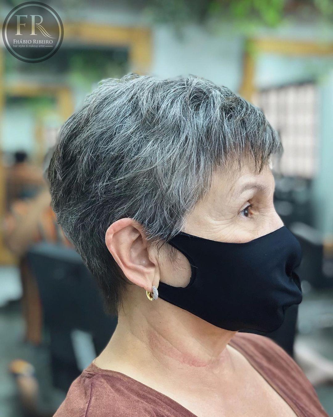 Coupe Pixie courte sur cheveux gris pour les femmes âgées