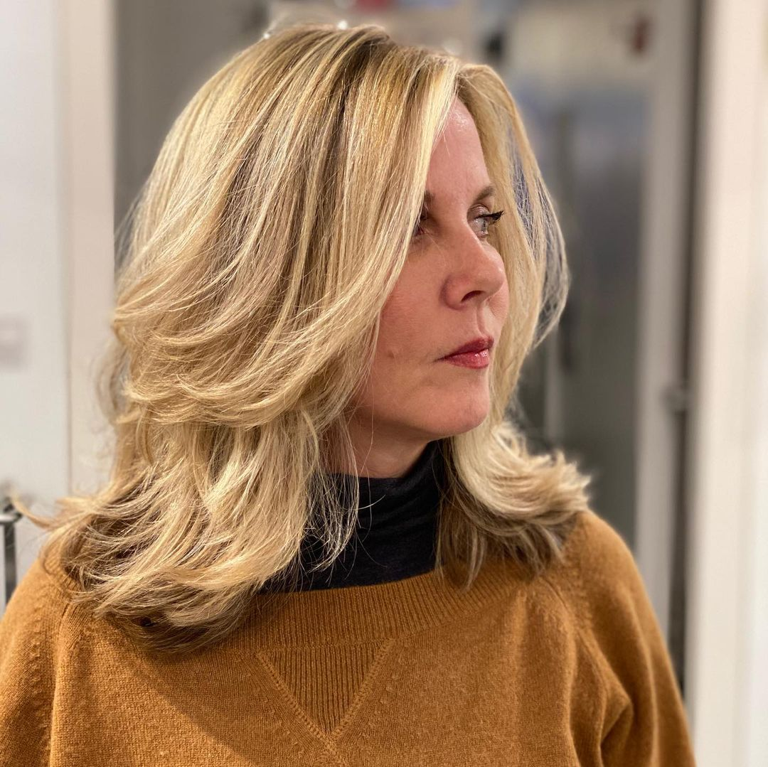 Coupe mi-longue en dégradé pour les femmes de plus de 50 ans