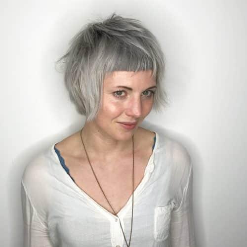 coupe de cheveux courte et cunéiforme avec frange arrondie