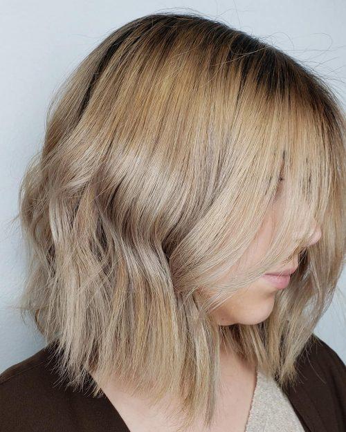 Coupe de cheveux blonde foncée ondulée