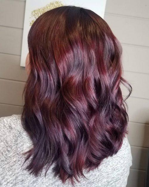 Cheveux rouge bordeaux profond