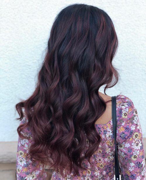 Cheveux noirs avec des reflets bourgogne