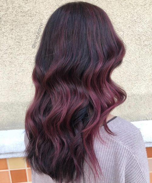Vin bourgogne merlot foncé avec mèches pour cheveux ondulés