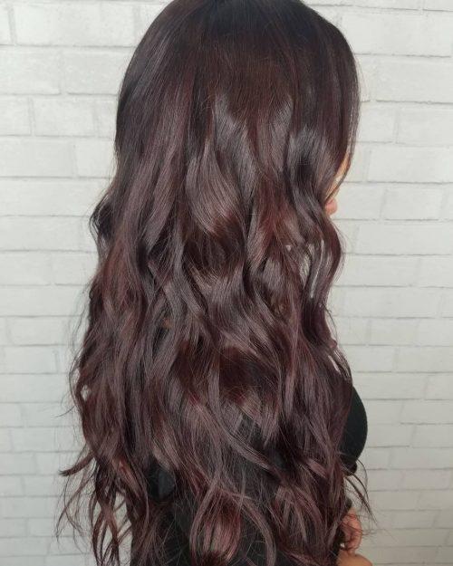 Cheveux bruns avec des reflets bourgogne