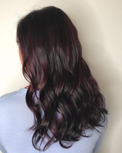 Mèches rouge foncé et bourgogne sur cheveux noirs
