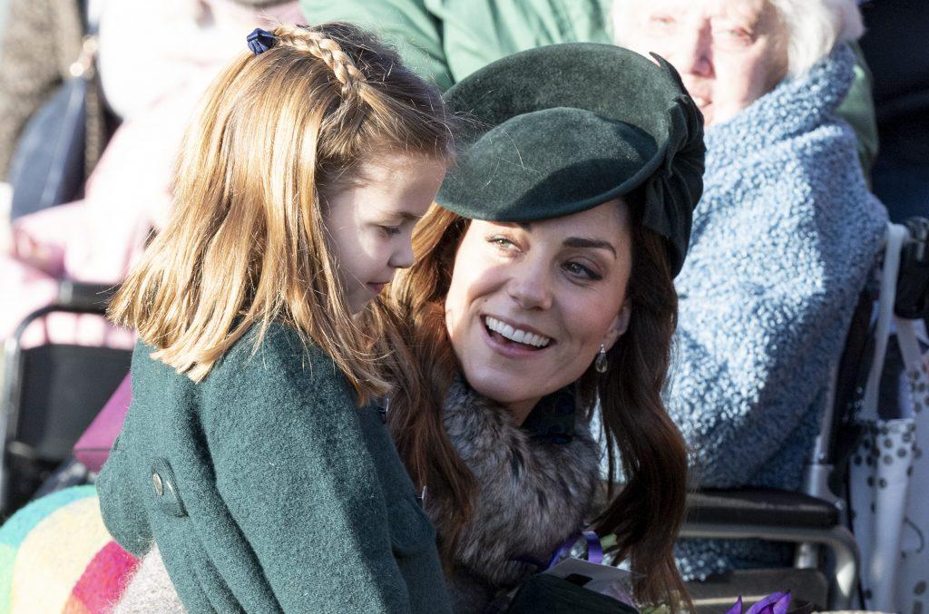 La princesse Charlotte de Cambridge et Catherine, duchesse de Cambridge, assistent au service religieux du jour de Noël à l'église de St Mary Magdalene.