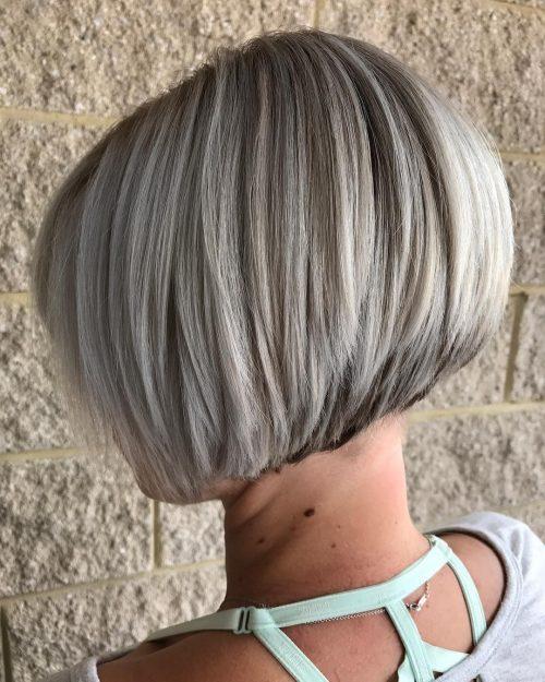 Coupe de cheveux courts empilés