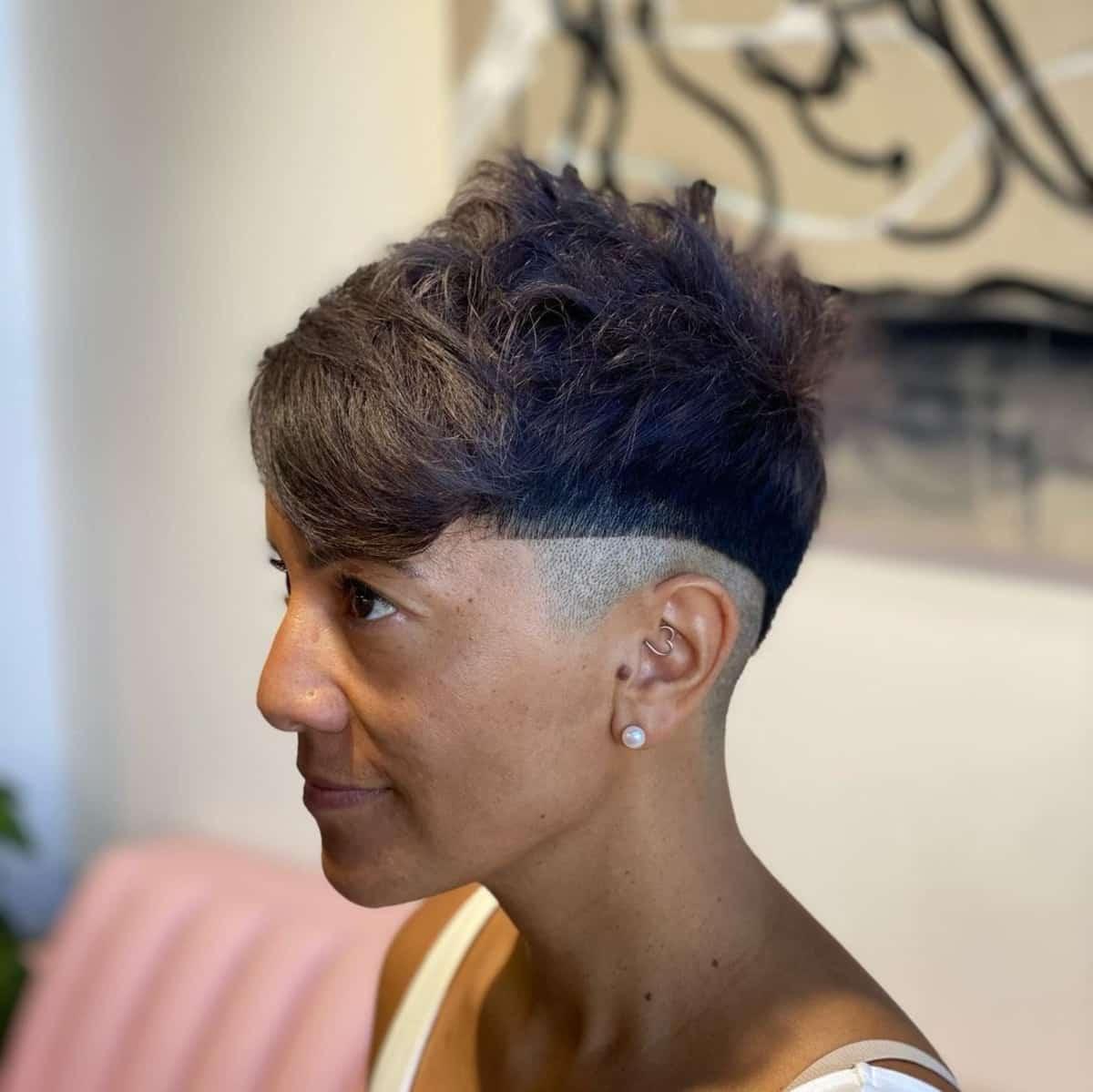 Coupe de cheveux en diagonale pour les femmes.