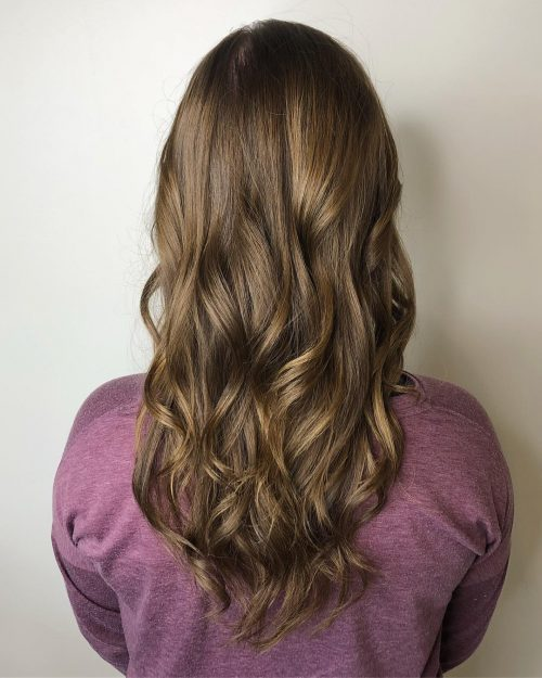 Cheveux châtain clair avec des mèches brun moka