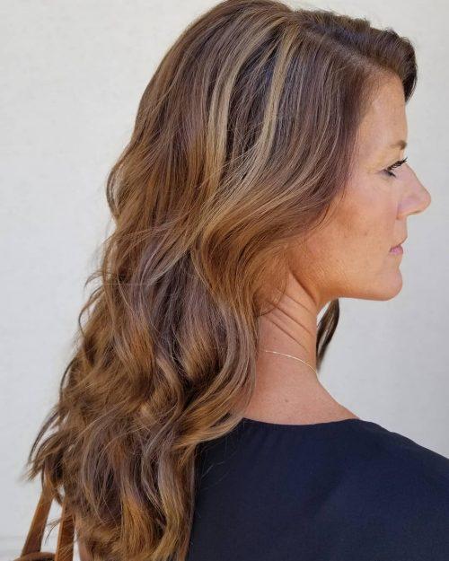 Mèches basses d'aspect naturel pour cheveux châtains