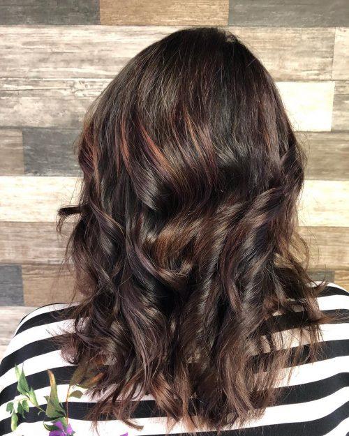 Mèches rouges foncées pour cheveux bruns foncés