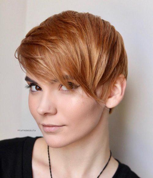 Coupe Pixie mi-longue pour les cheveux fins.