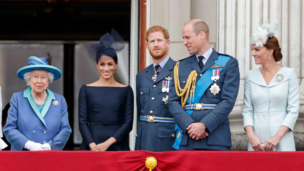 La reine Elizabeth II, Meghan, duchesse de Sussex, le prince Harry, duc de Sussex, le prince William, duc de Cambridge et Catherine, duchesse de Cambridge, assistent à un défilé aérien pour marquer le centenaire de la Royal Air Force depuis le balcon du palais de Buckingham.