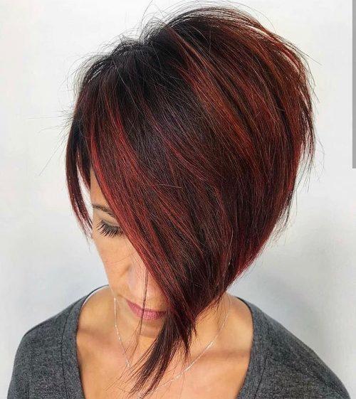 Cheveux noirs courts avec des mèches rouges