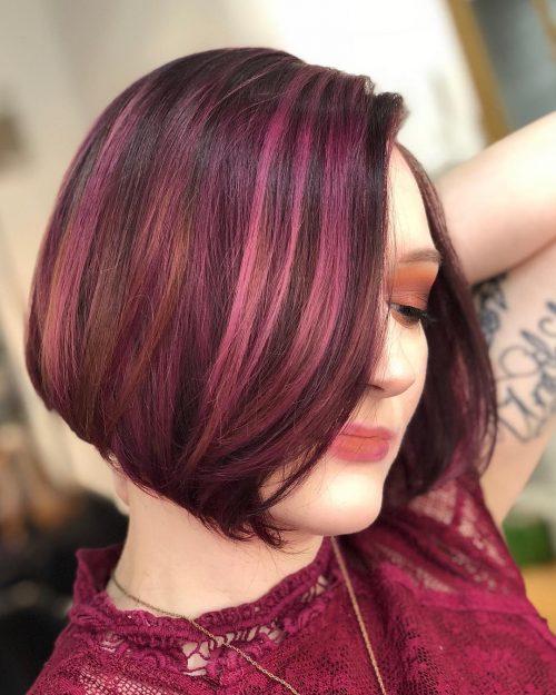 Cheveux courts roux foncé avec des mèches