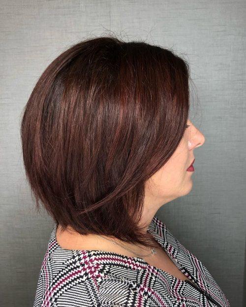 Cheveux courts châtain rougeâtre chocolat