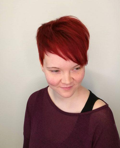 Cheveux courts rouges flamboyants avec frange pour les femmes ayant un visage en forme de cœur.