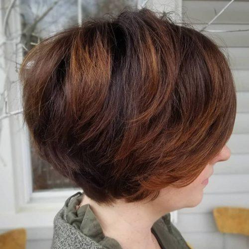 Cheveux courts roux et bruns avec des mèches