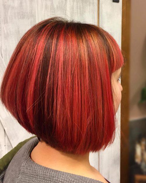 Cheveux courts rouge vif