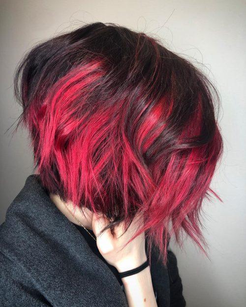 Cheveux roux foncé avec des mèches rouge clair et des cheveux coupés.