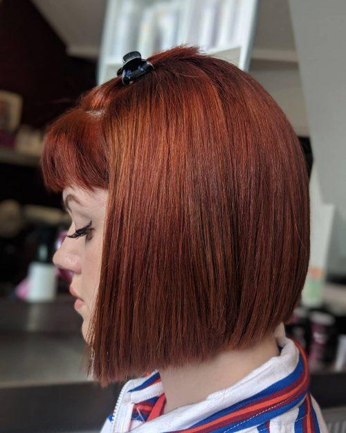 Coiffure rouge brique pour cheveux raides