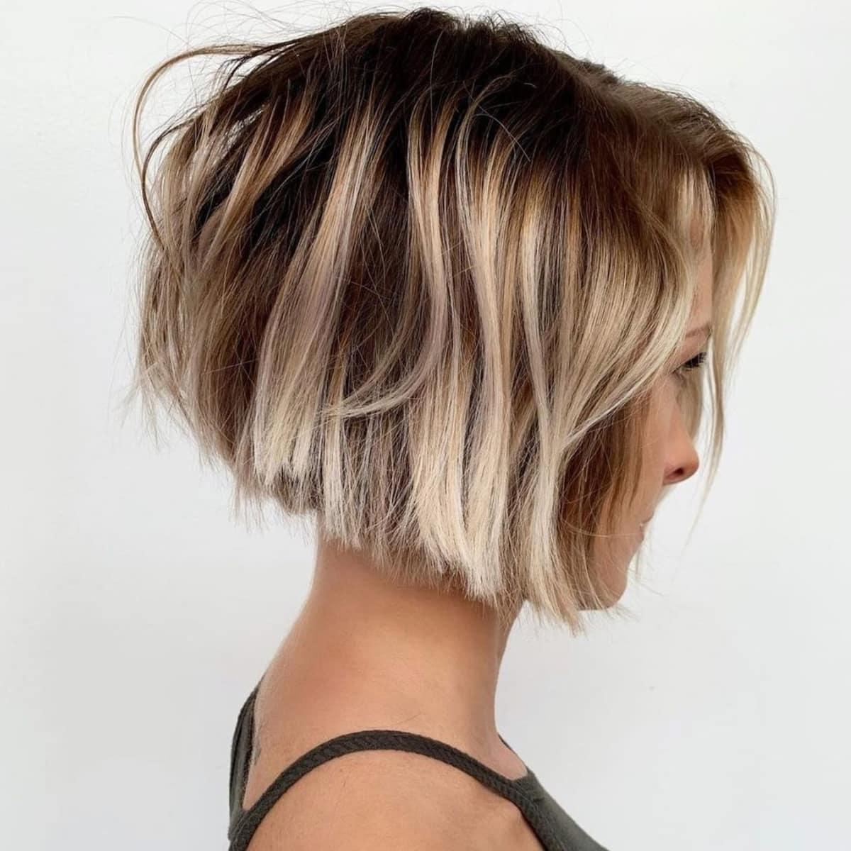 Cheveux coupés à deux tons