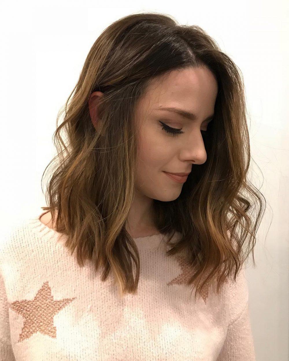 Lob moderne facile et texturé dans une coupe de cheveux chaotique