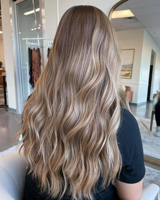Mèches marron clair sur cheveux blonds