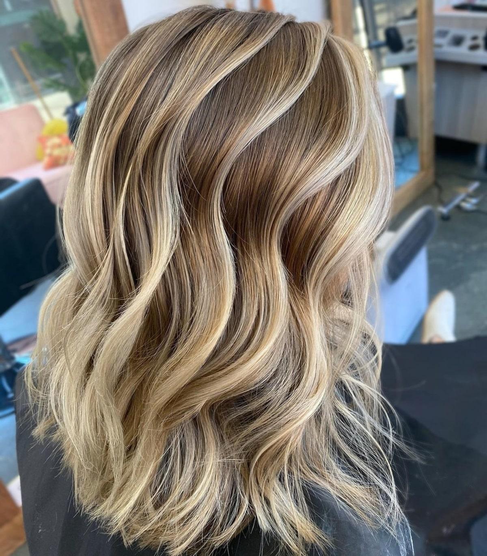Cheveux châtain moyen avec des mèches blondes plus claires