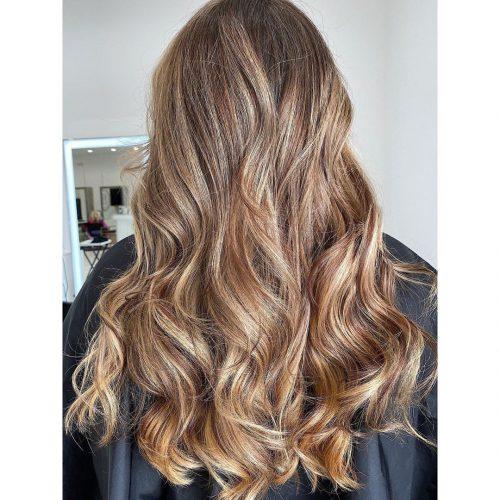 Cheveux longs bruns avec des reflets beiges