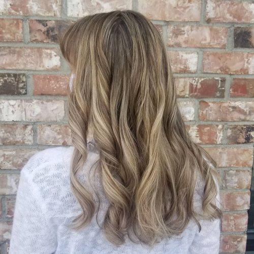 Mèches brunes pour les femmes aux cheveux châtain clair
