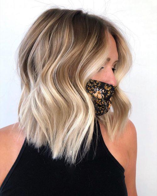 Lobe brun clair avec des pointes blondes aux tons froids