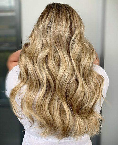 Cheveux blonds dorés avec des mèches dorées