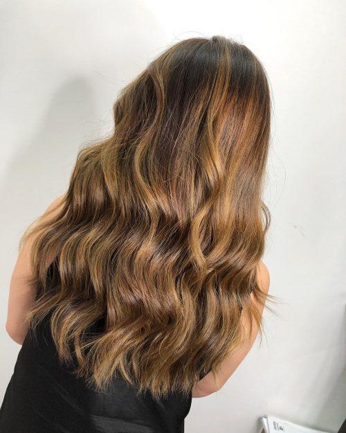 Mèches blondes sur cheveux bruns clairs