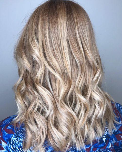 Cheveux châtain clair avec des reflets blonds