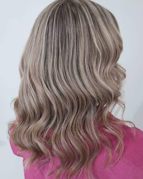 Cheveux châtain cendré clair avec des reflets blond clair