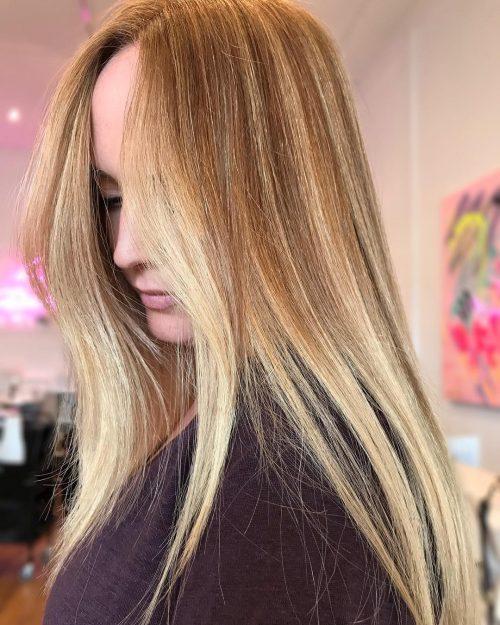 Cheveux bruns Auburn clairs avec des mèches blondes pour les cheveux longs.