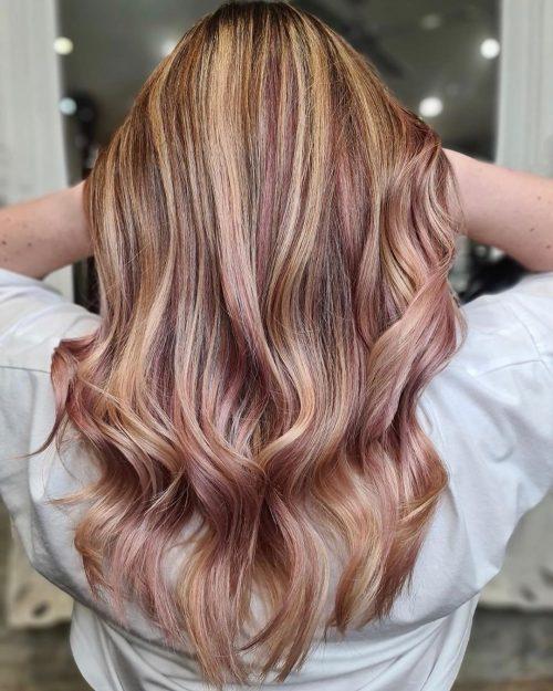Mèches blond-fraise sur cheveux châtain-sablé