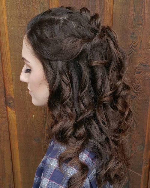 Photo d'une magnifique coiffure bouclée pour cheveux bruns expressifs.