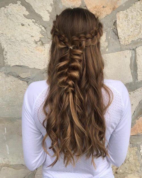 Photo d'une tresse remarquable pour de longs cheveux bruns cendrés.