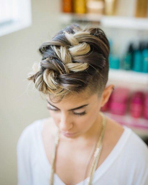 Photo d'une coiffure de fête avec une coupe tressée.