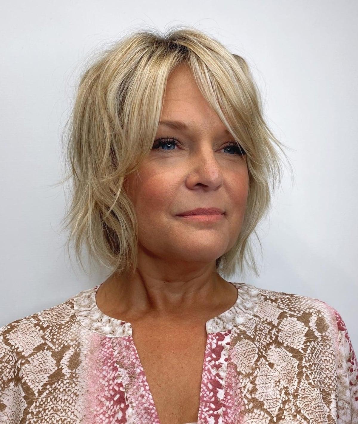 Une coiffure flatteuse pour les femmes de plus de 50 ans