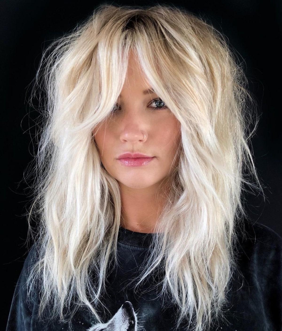 Cheveux blonds coupés et franges en rideau