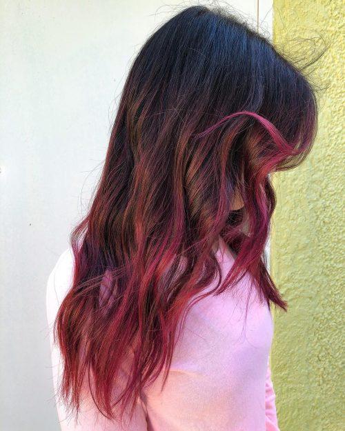 Cheveux noirs avec mèches roses