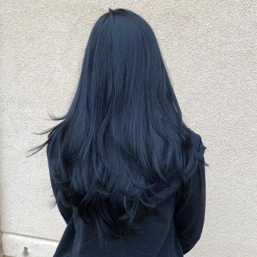 Avec une teinte bleue