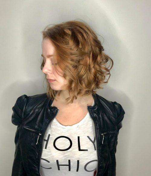 Une coupe de cheveux longue avec des boucles