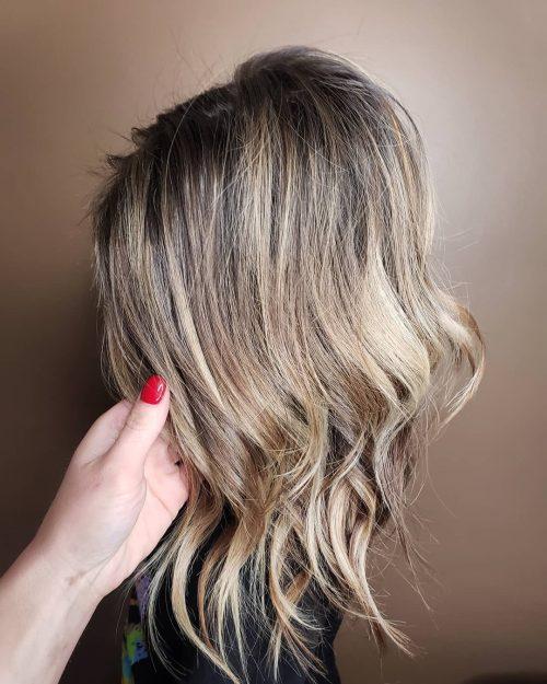 Cheveux blond champagne avec des racines foncées