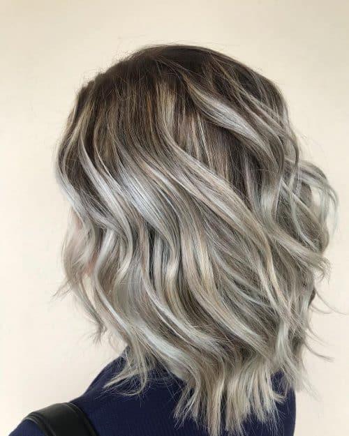 Blond cendré avec racines brunes