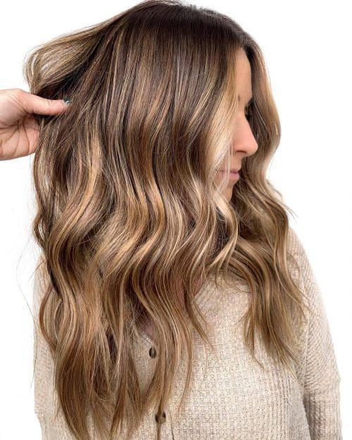 Racines foncées sur cheveux blonds ensoleillés