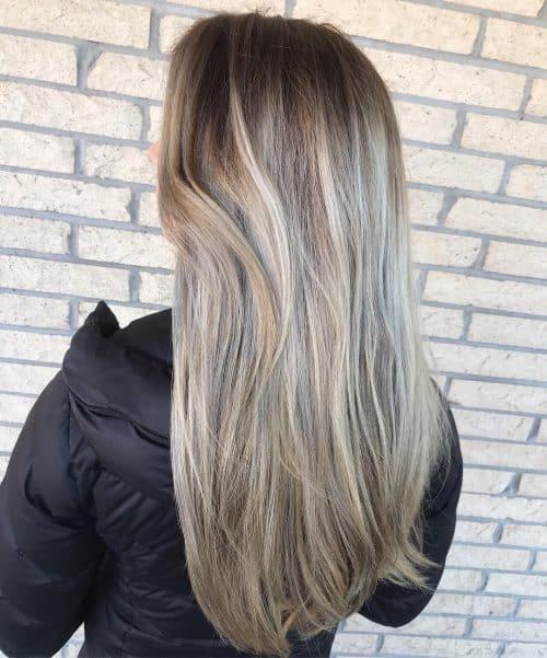 Balayage blond avec racines foncées fondues